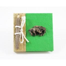 calepin en papier de murier vert et son crayon
