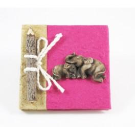calepin en papier de murier fuchsia et son crayon